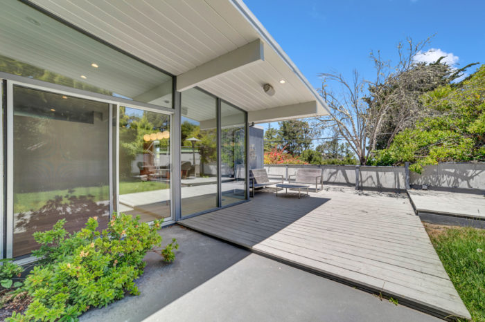 Keycon-remodeled San Mateo Eichler delivers outdoor entertainment space